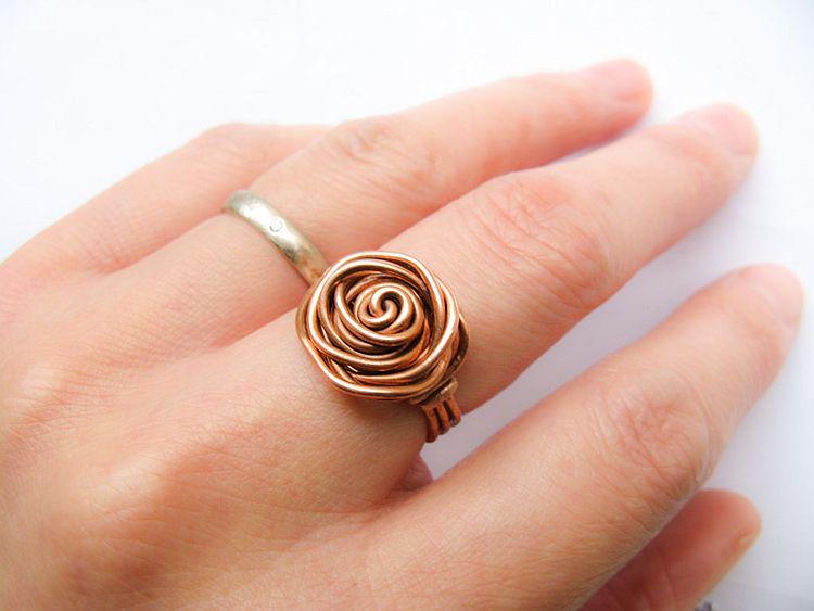 Перстень из цветной проволоки своими руками 66