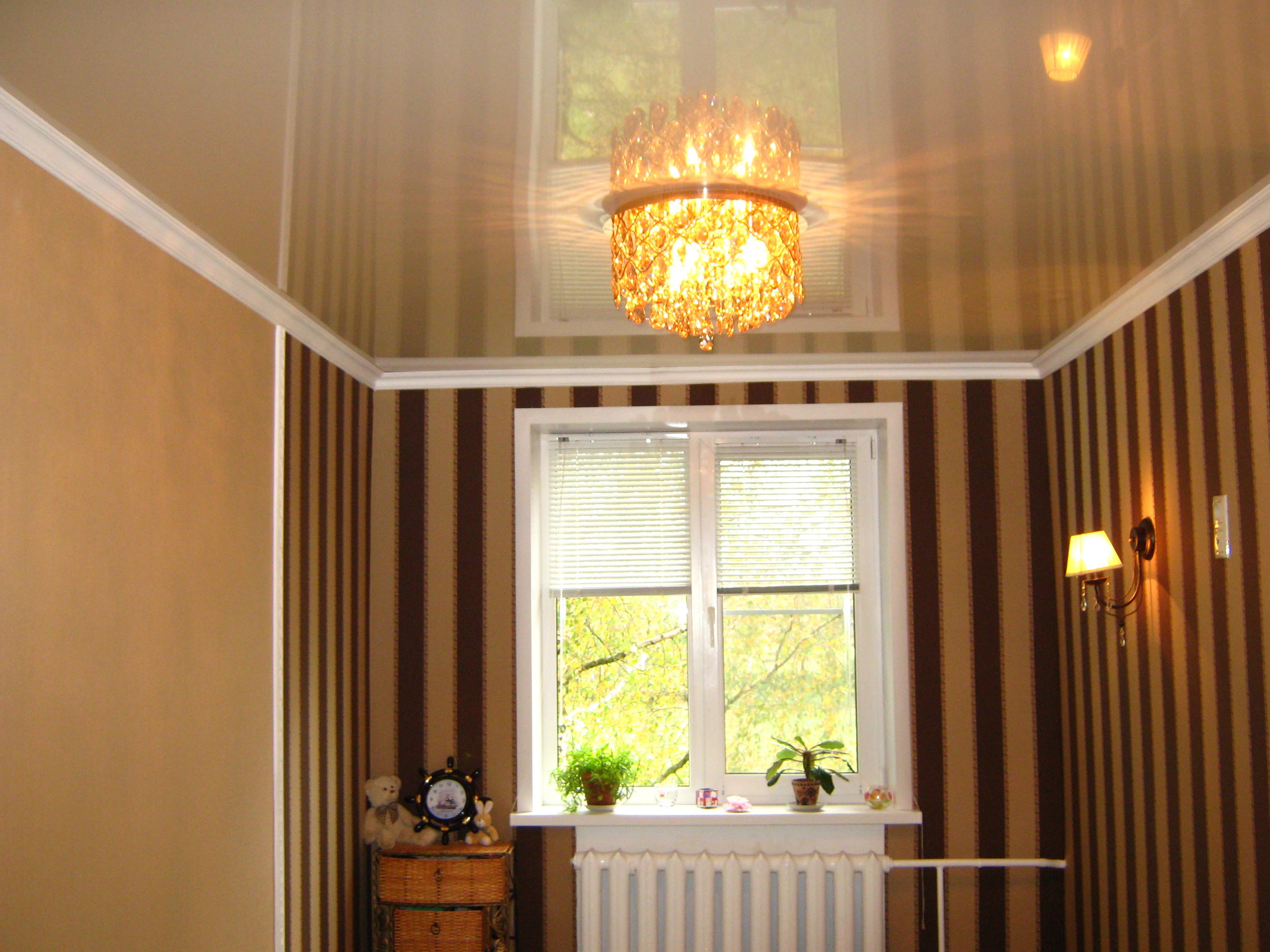 картинка окно и натяжной потолок